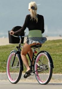 Chica en bicicleta con falda
