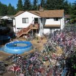 Foto de casa con muchas bicicletas aparcadas en su jardín.