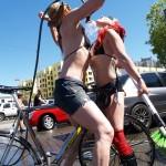 Biciocias lavando las bicis y... ¡a ellas mismas!
